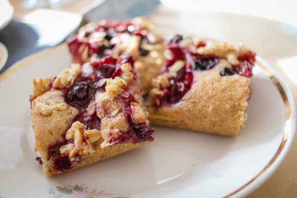 hausgemachte mürbeteig obstkuchen mit selbstgemachten kuchen mit obst oder beeren crumble - himbeer crumble stock-fotos und bilder