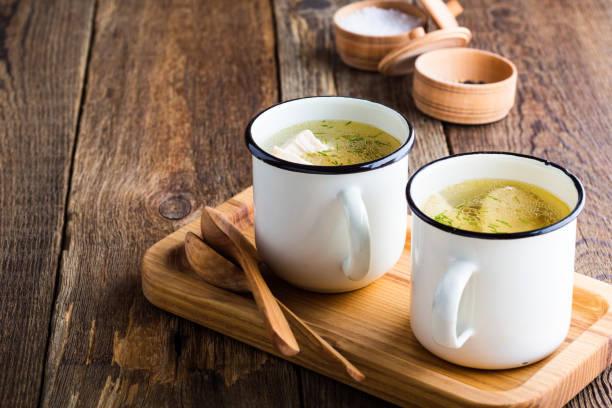 Soupe au poulet simple maison en tasse blanche - Photo