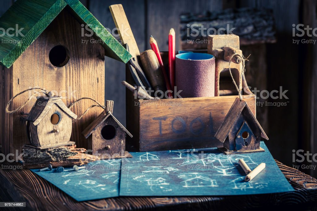Hausgemachte kleine Vogelhäuschen und blau Plan zu bauen - Lizenzfrei Arbeiten Stock-Foto