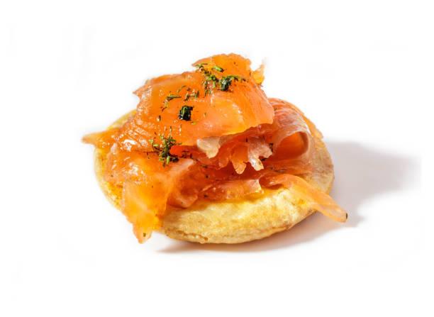 hausgemachter räucherlachs mit dill auf traditionellen japanischen reis cracker (senbei). isoliert auf weißem hintergrund. - orangenscheiben trocknen stock-fotos und bilder