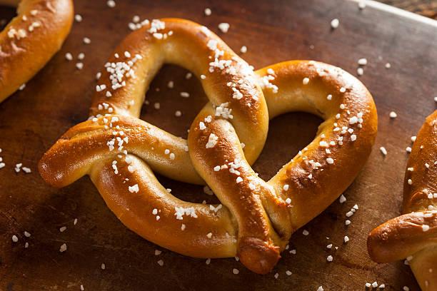 homemade soft pretzels with salt - 椒鹽蝴蝶圈 個照片及圖片檔