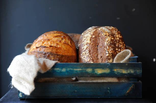 pan casero de masa madre - pan multicereales fotografías e imágenes de stock