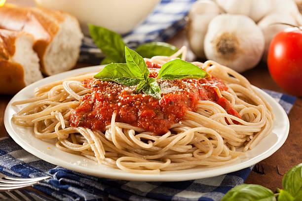hausgemachte spaghetti mit tomatensauce - spaghetti tomatensauce stock-fotos und bilder