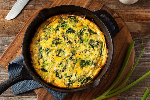 homemade spinach and feta fritatta - quiche photos et images de collection
