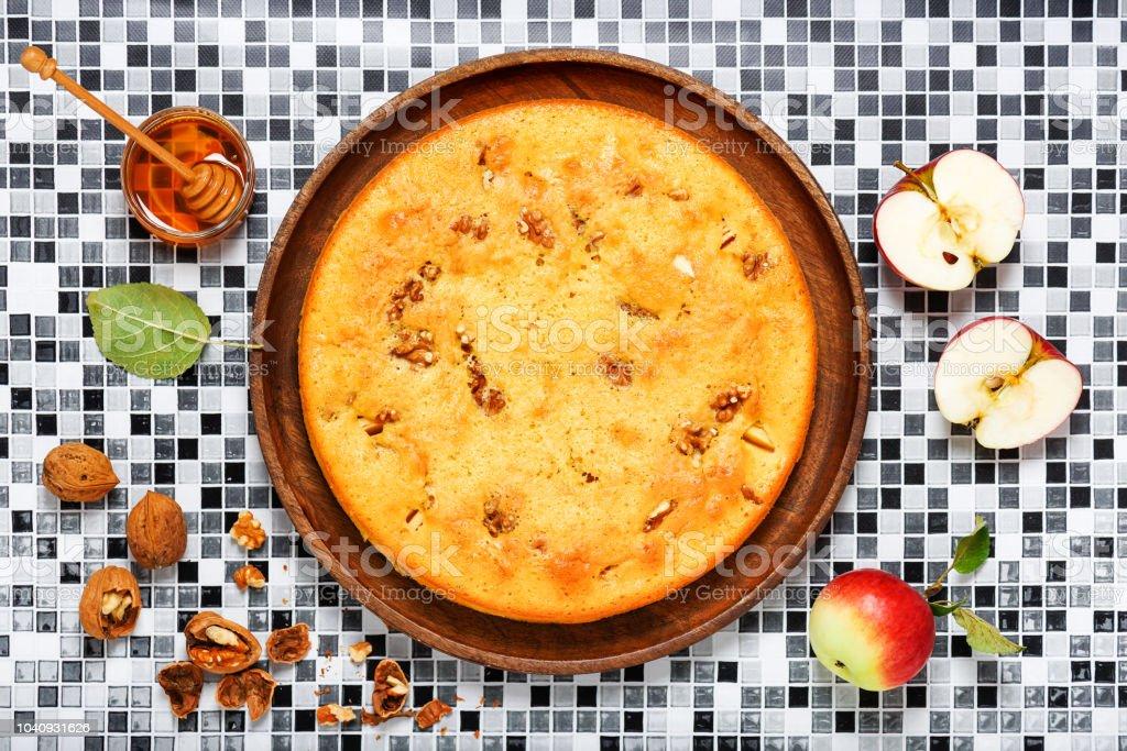 Pão de ló caseiro com nozes, canela e maçãs. - foto de acervo
