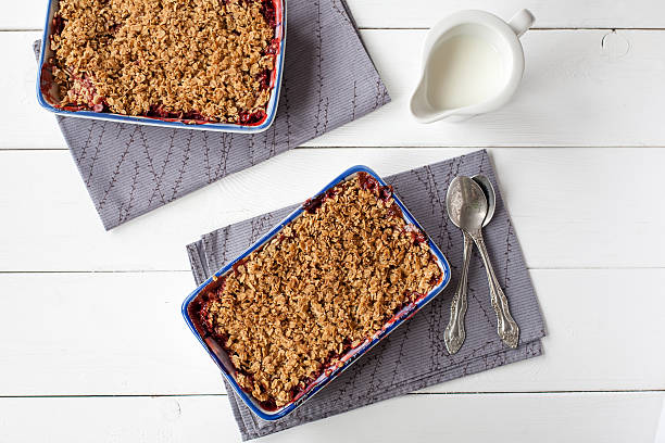 hausgemachte erdbeer-streuselkuchen (gesundes frühstück - himbeer crumble stock-fotos und bilder