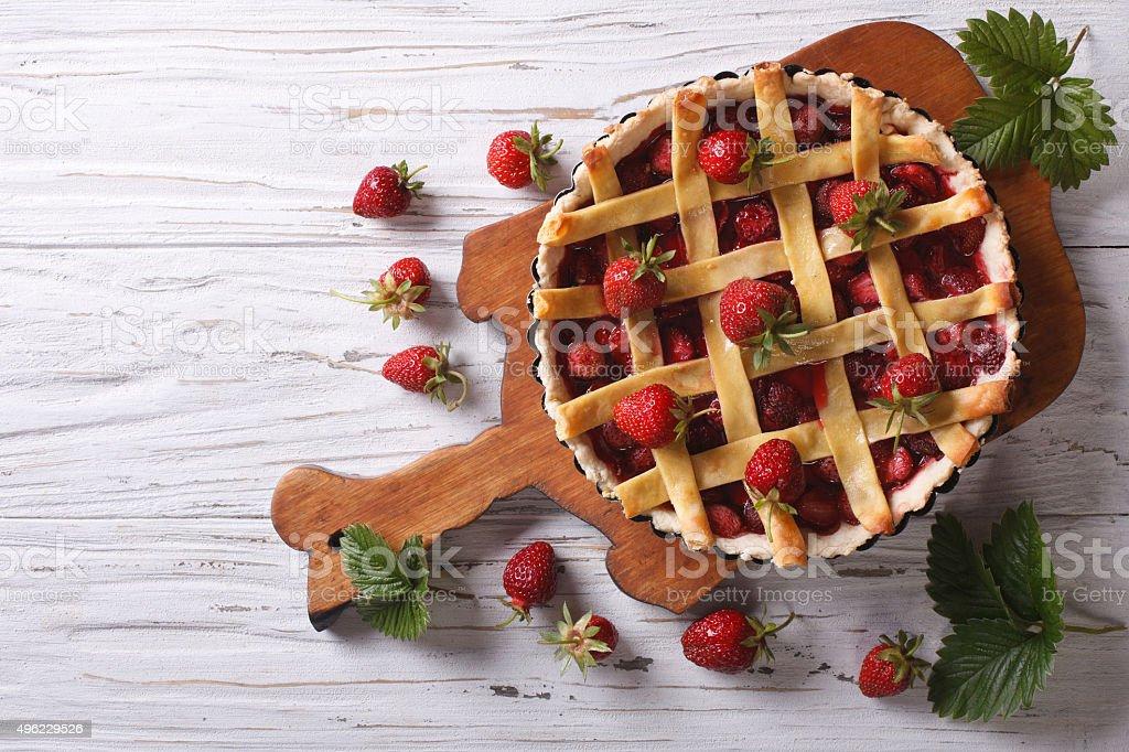 Tarta de fresa caseras, vista superior horizontal, de estilo rústico - foto de stock