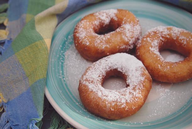 hausgemachte zucker donuts mit puderzucker. wüsten. frühstück. - hausgemachte gebackene donuts stock-fotos und bilder