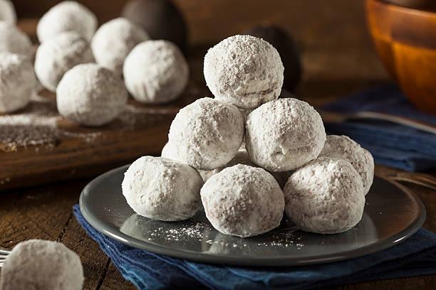 hausgemachte süße krapfen - hausgemachte gebackene donuts stock-fotos und bilder