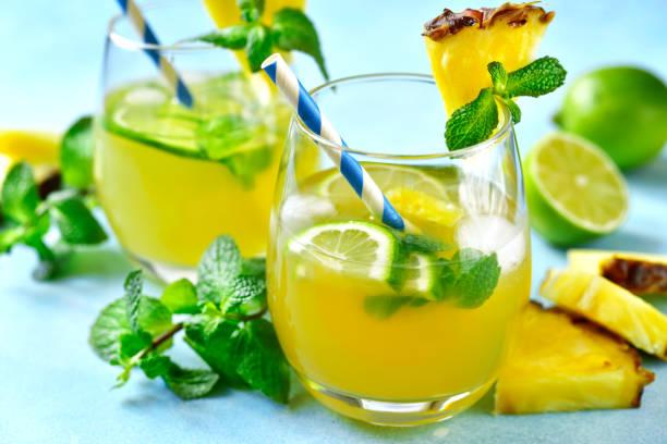 Hausgemachte Sommer Limonade mit Ananas, Orange und Limette – Foto