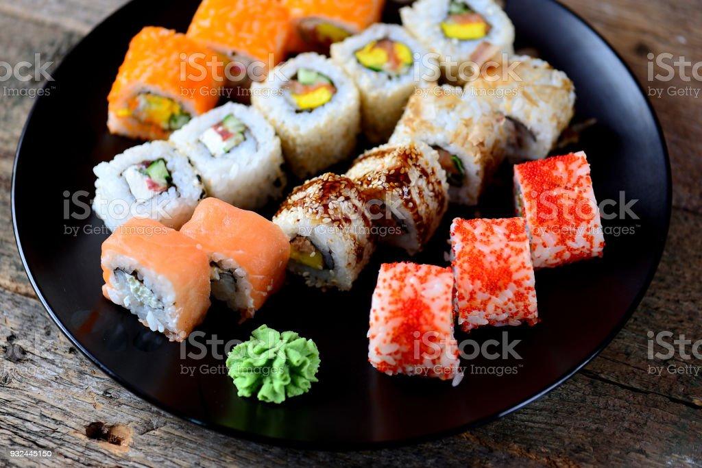 Photo Libre De Droit De Sushi Fait Maison Avec Saumon Tobiko Caviar Omelette Concombre Sesame Et Fromage A Pate Molle Banque D Images Et Plus D Images Libres De Droit De Aliment Istock