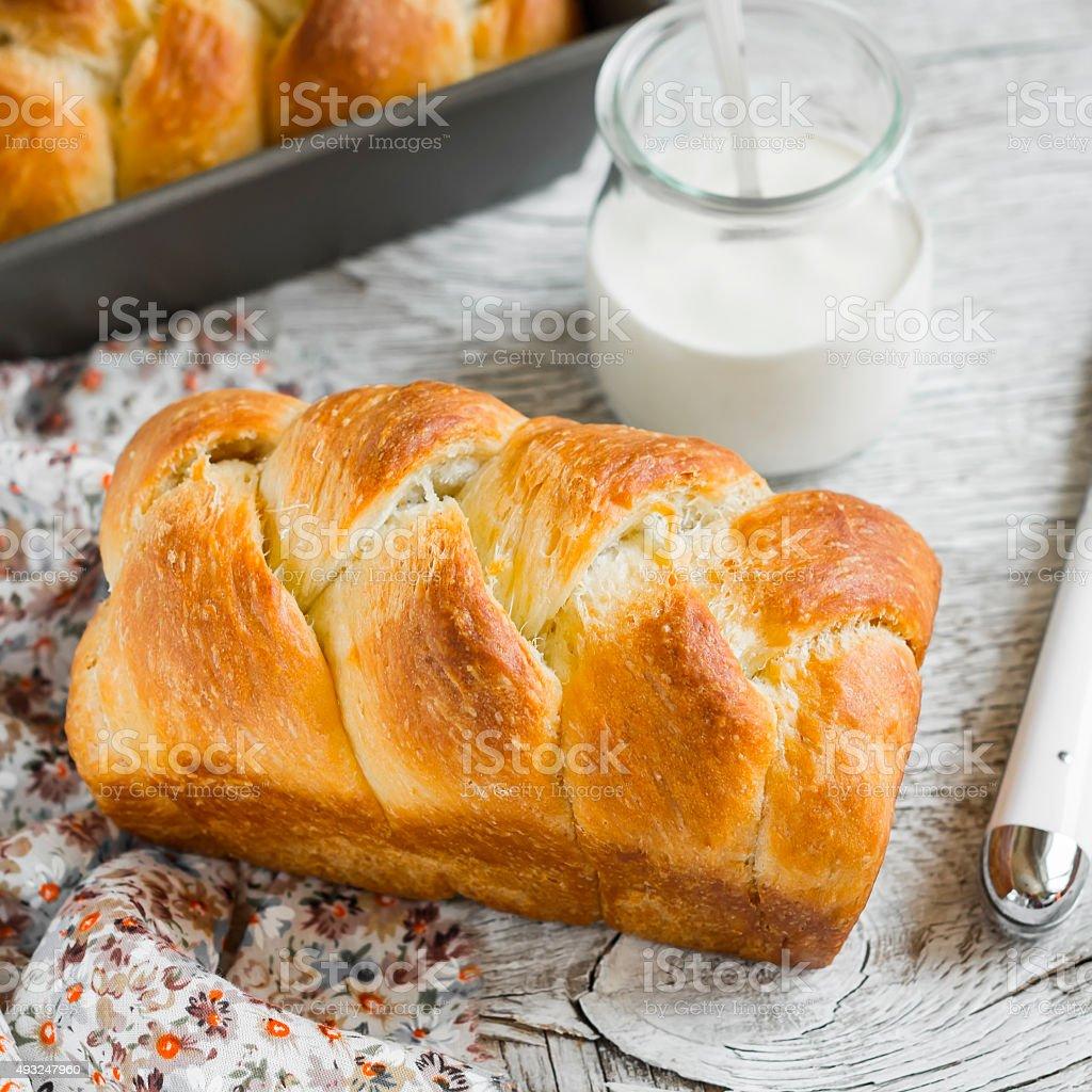 sweet beurre pain maison, brioche, sur un fond en bois clair - Photo