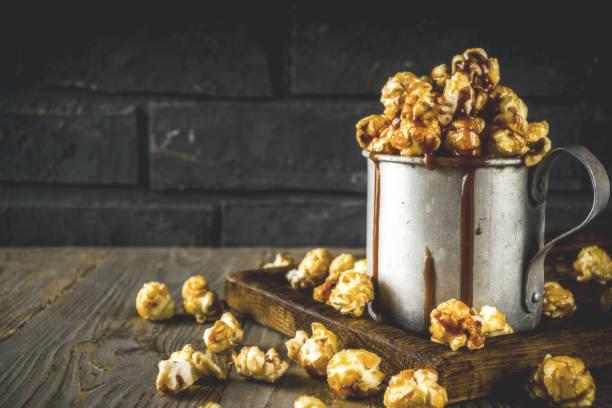 Hausgemachte süße Karamell-Popcorn – Foto