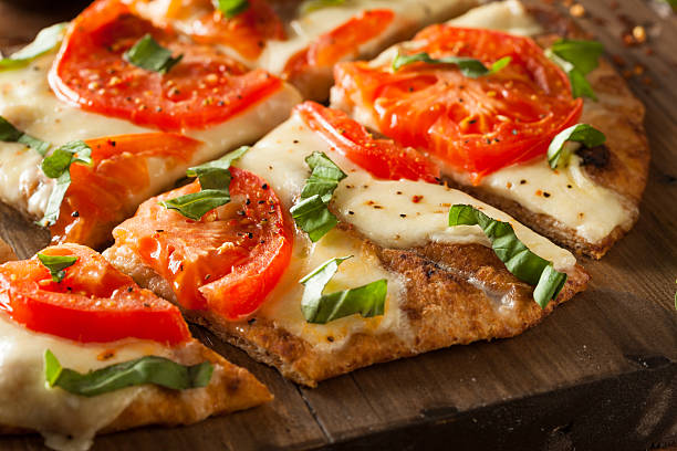 hausgemachte fladenbrotpizza margarita - fladenbrotpizza stock-fotos und bilder