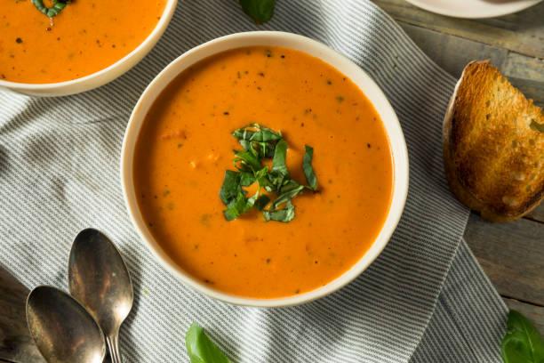 hausgemachte tomatensuppe basilikum bisque - hausgemachte tomatensuppen stock-fotos und bilder