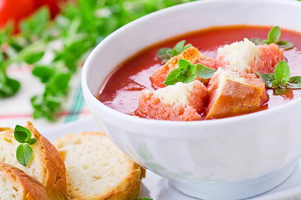 hausgemachte tomaten-suppe - kalte tomatensuppe stock-fotos und bilder