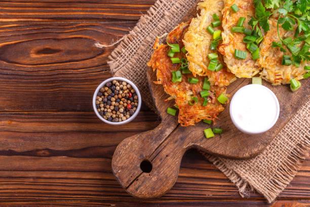 Traditionelle hausgemachte Kartoffelpuffer oder Latke Chanukka Feier Essen auf Vintage Schneidebrett – Foto
