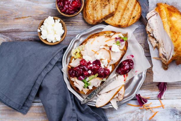sándwich de sobrantes de pavo caseras con salsa de arándanos - thanksgiving leftovers fotografías e imágenes de stock