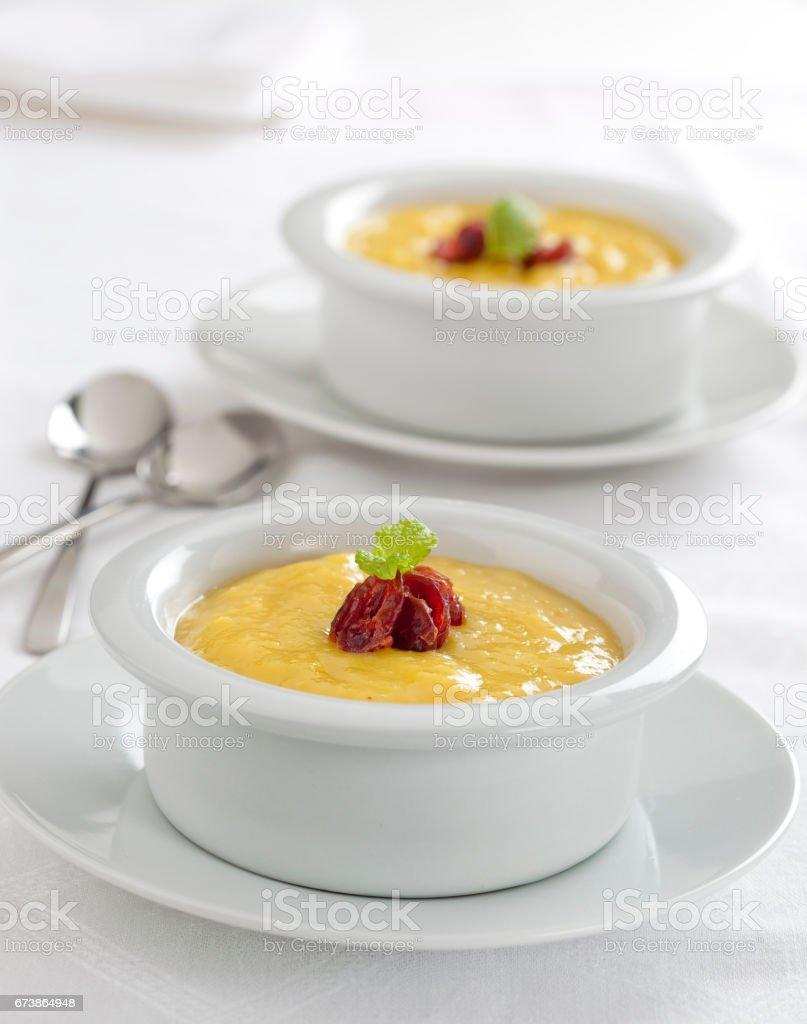Crème à la vanille maison dessert servi dans des bols ronds photo libre de droits