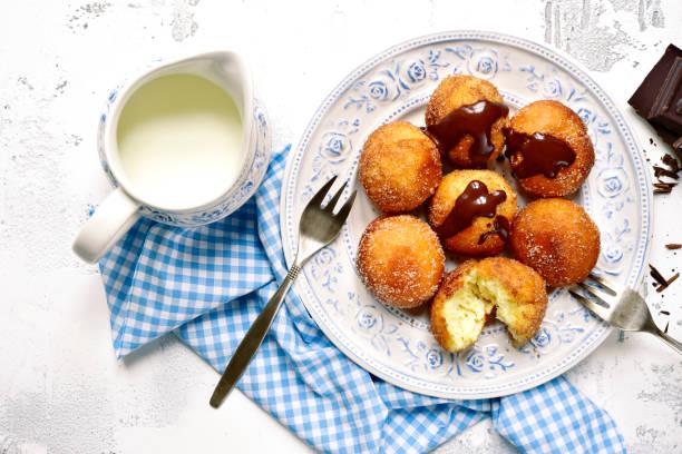 hausgemachte vanille donuts - schokolade gebratene kuchen stock-fotos und bilder