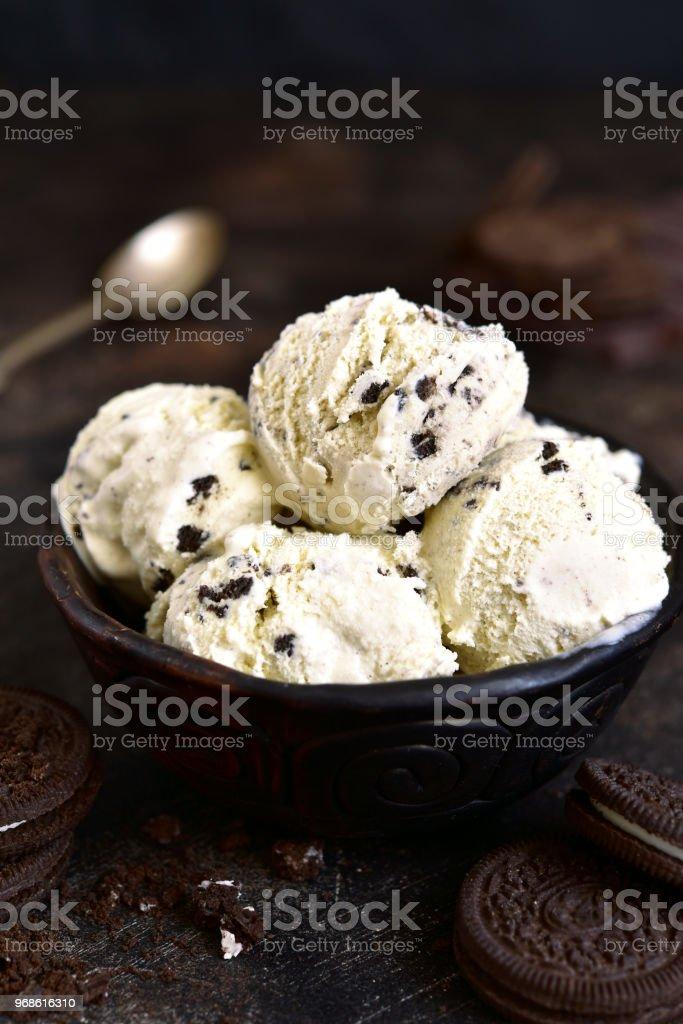 Hausgemachtes Vanilleeis mit Schokolade und Keksen – Foto