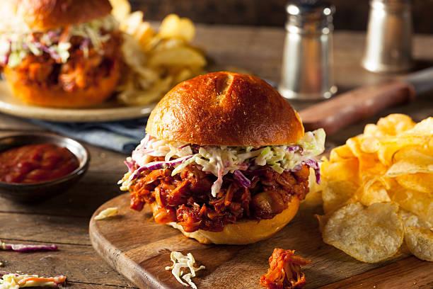 hausgemachte vegane weisen jackfrucht barbecue-sandwich - gewürz für gegrilltes hähnchen stock-fotos und bilder