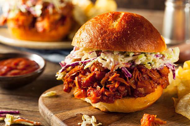 hausgemachte vegane weisen jackfrucht barbecue-sandwich - jackfrucht stock-fotos und bilder