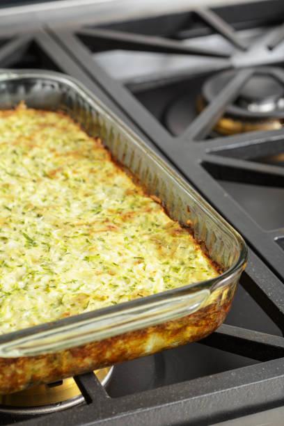 hausgemachte gemüsetorte mit zucchini essfertig - käse zucchini backen stock-fotos und bilder