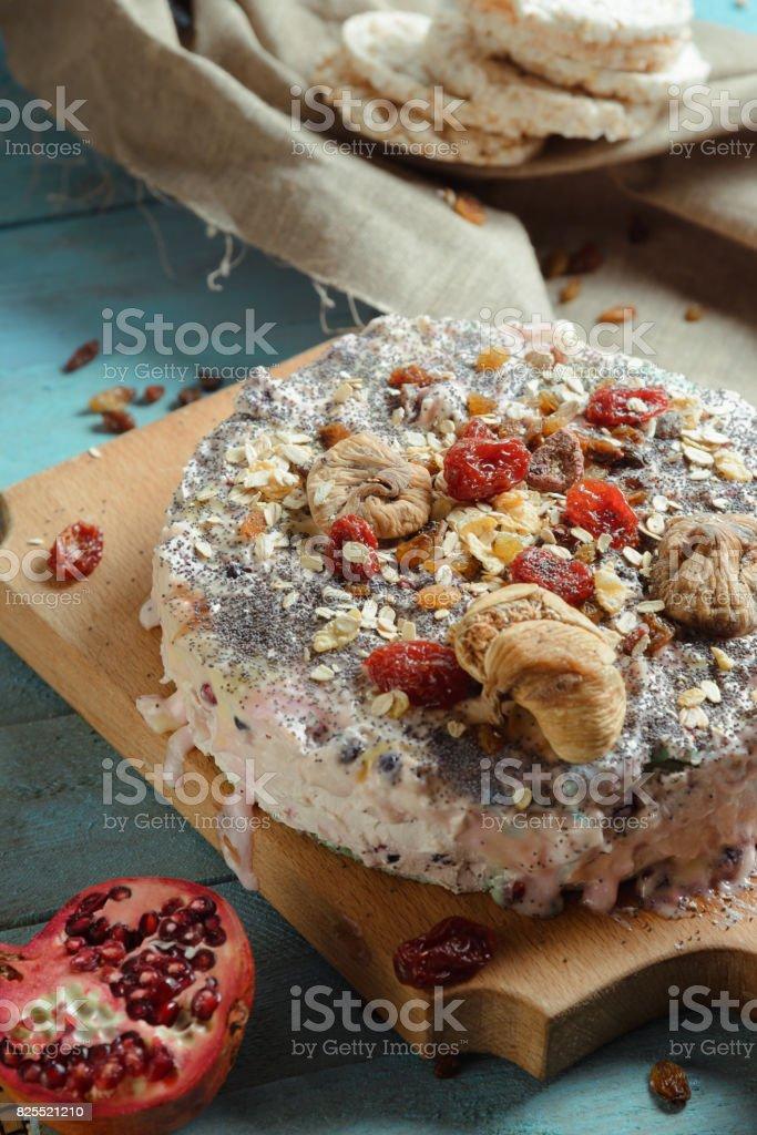 Torta vegetariana caseira com frutos secos sobre um fundo azul - foto de acervo