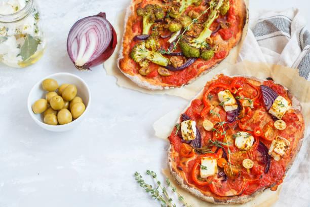 hausgemachte vegetarische gemüse pizza mit feta-käse und brokkoli. - ofengemüse mit feta stock-fotos und bilder
