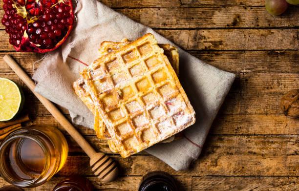hausgemachte waffeln mit früchten - zimt waffeln stock-fotos und bilder