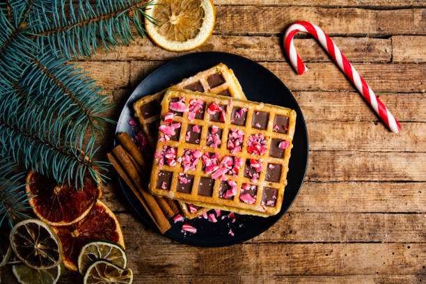 hausgemachte waffeln mit weihnachtsschmuck - zimt waffeln stock-fotos und bilder