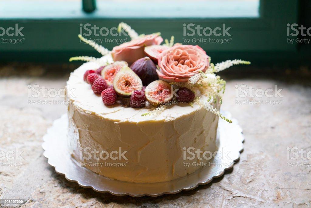 Hausgemachte Hochzeitstorte Dekoriert Mit Blumen Und Fruchten Stock