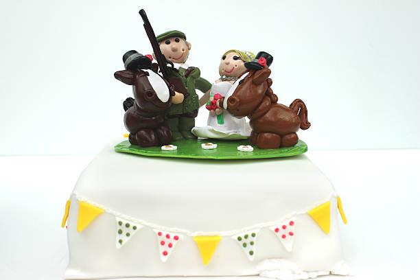 hausgemachte hochzeitstorte jacke (polymer-lehm), land braut und bräutigam, pferde-schrotflinte - shotgun wedding stock-fotos und bilder