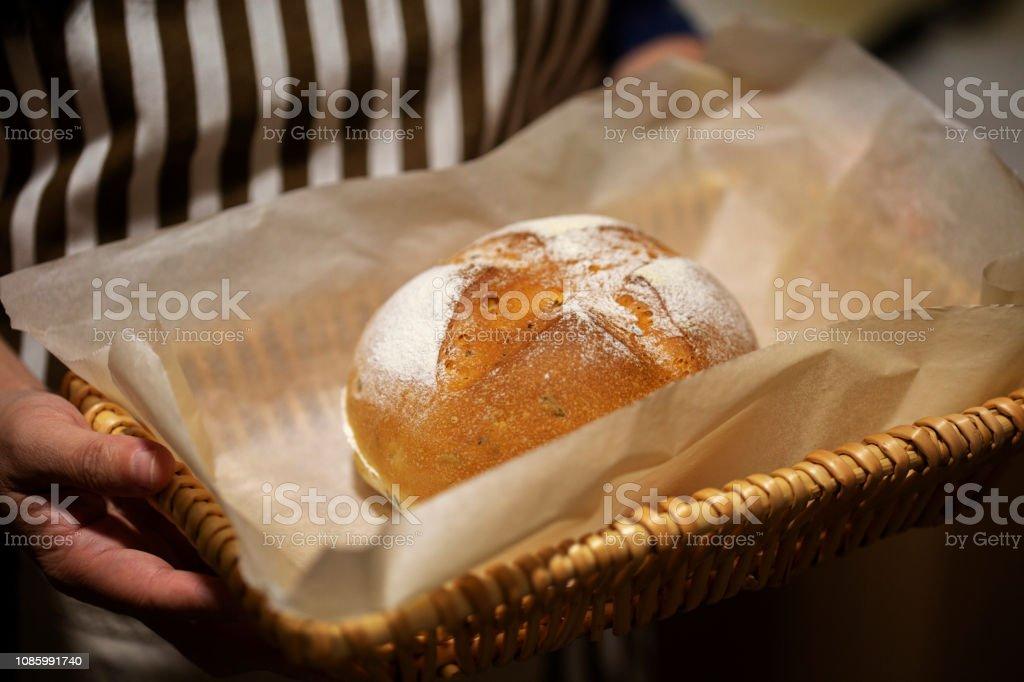 zelfgemaakte volkoren brood - Royalty-free Alleen volwassenen Stockfoto