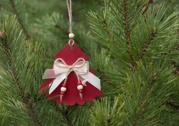 Hausgemachte Holz-Weihnachtsdekorationen für den Weihnachtsbaum. – Foto