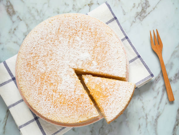 hausgemachter joghurtkuchen mit puderzucker - biskuitboden stock-fotos und bilder