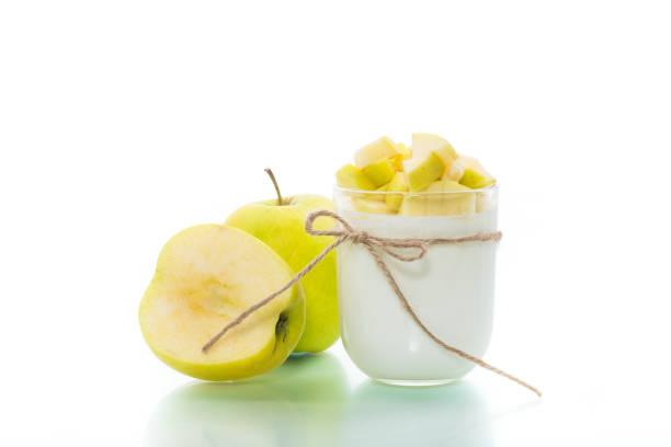 自製優酪乳與成熟的蘋果查出在白色圖像檔