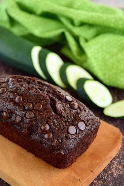 hausgemachte zucchini chocolate chip kuchen - schokoladen zucchini brot stock-fotos und bilder