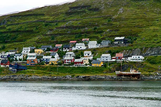Häuser und avalanche Zäunen in Hammerfest, Norwegen. – Foto