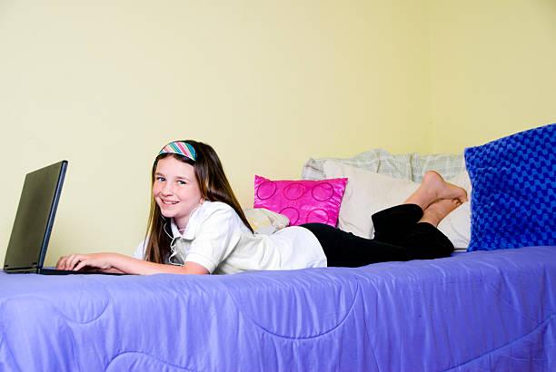 hausaufgabe zeit - lila teenschlafzimmer stock-fotos und bilder