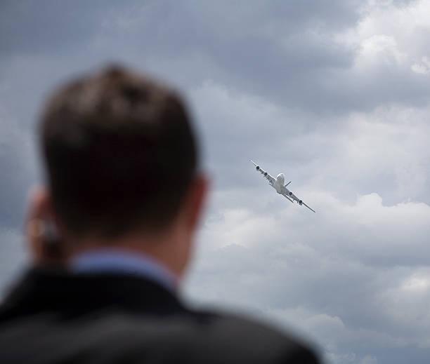 Homme d'affaires et l'avion stock photo