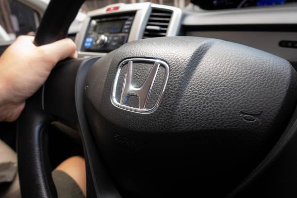 Honda liberado negro volante con el logo de Honda. - foto de stock