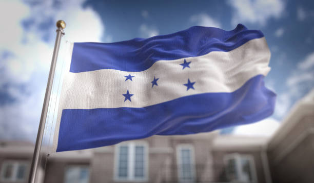 render 3d de honduras bandera sobre fondo azul sky building - bandera de honduras fotografías e imágenes de stock