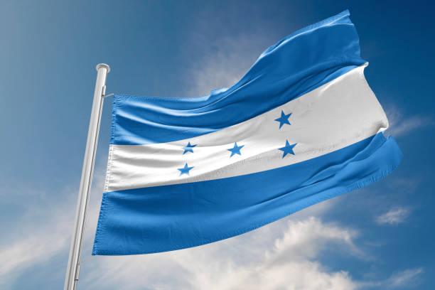 bandera de honduras está agitando contra el cielo azul - bandera de honduras fotografías e imágenes de stock