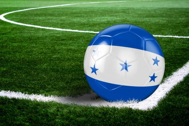 balón de fútbol de honduras en el campo por la noche - bandera de honduras fotografías e imágenes de stock