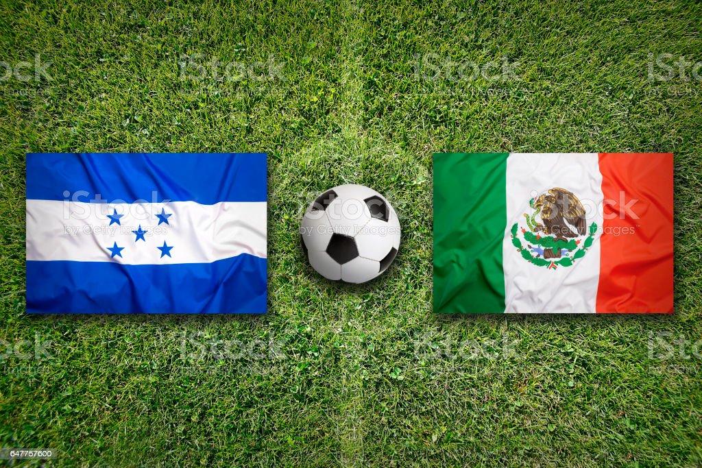 Honduras vs. Mexiko Fahnen auf Fußballplatz – Foto