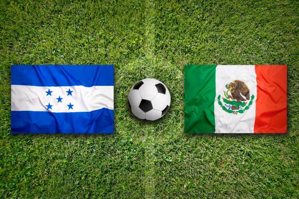 banderas honduras vs méxico en campo de fútbol - bandera de honduras fotografías e imágenes de stock