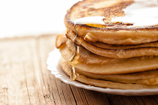frittelle e miele - pancake foto e immagini stock