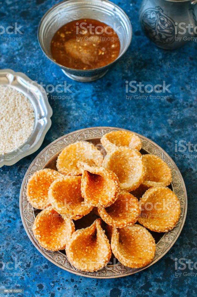 Mel e gergelim babouches - sobremesa popular árabe. Conceito de comida árabe e Oriente Médio - Foto de stock de Argélia royalty-free